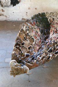 Vanhoista työrukkasista tehty veistos